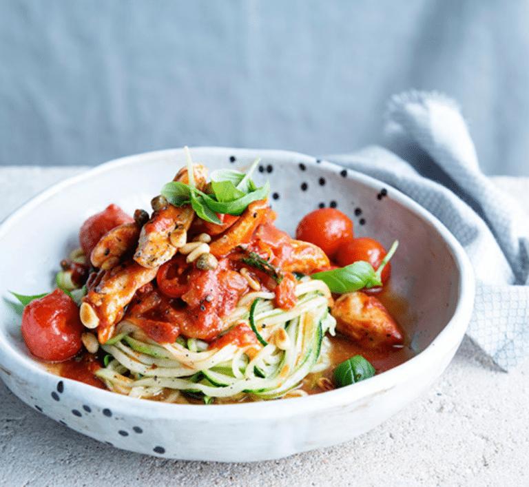 Courgetti arrabiata met kappertjes, pijnboompitten en kipfilet